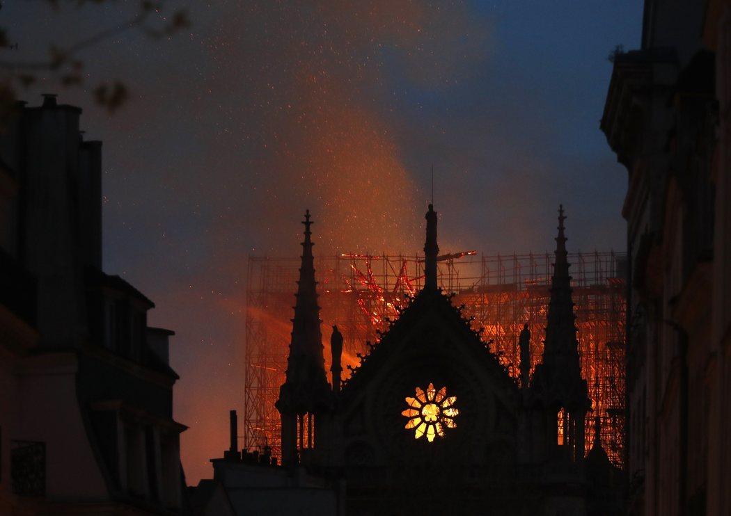 La catedral de Notre Dame resistió ante el incendio