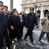 Silvio Berlusconi visita Venecia en mitad de las inundaciones