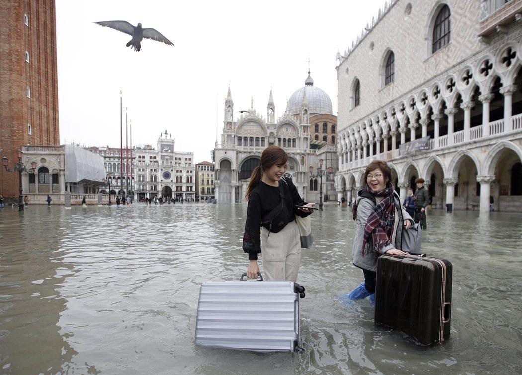 Los turistas en Venecia tienen que hacer frente a las inundaciones