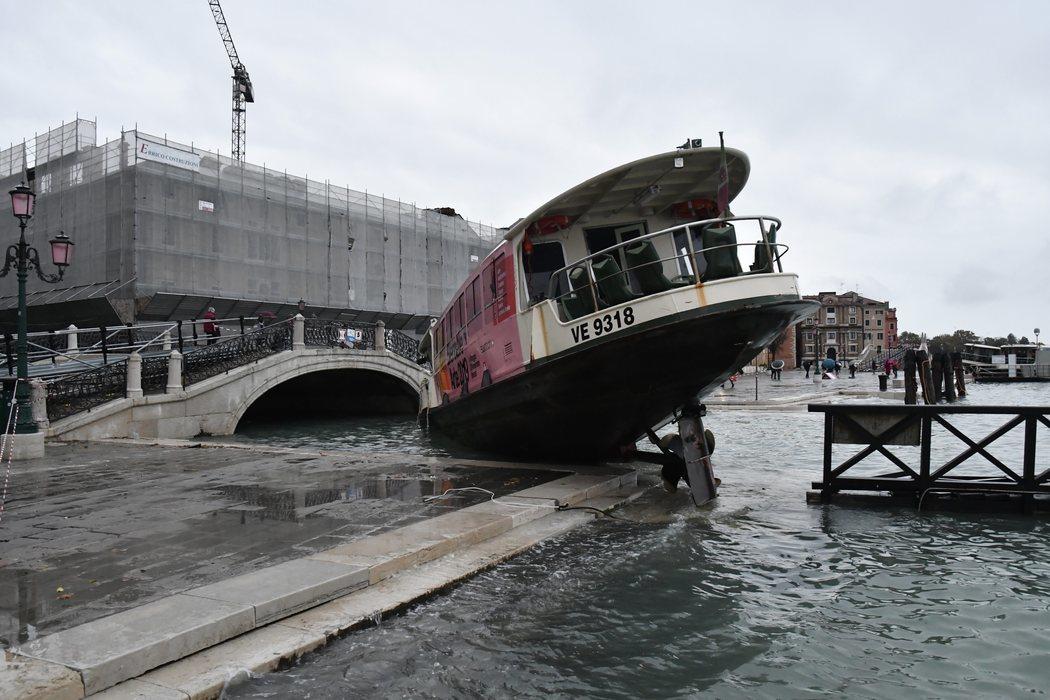 Las inundaciones en Venecia están provocando accidentes con los barcos