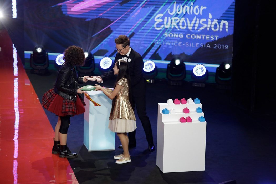 Melani ha entregado el regalo español a la representante de Macedonia del Norte en Eurovisión Junior 2019
