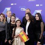 Melani y la delegación española en Eurovision Junior junto a Jon Ola Sand