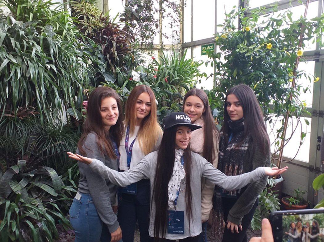Melani junto a sus coristas en 'Palm House', preparada para el primer ensayo de Eurovisión Junior 2019