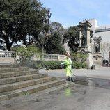 Los profesionales desinfectan las calles de Barcelona
