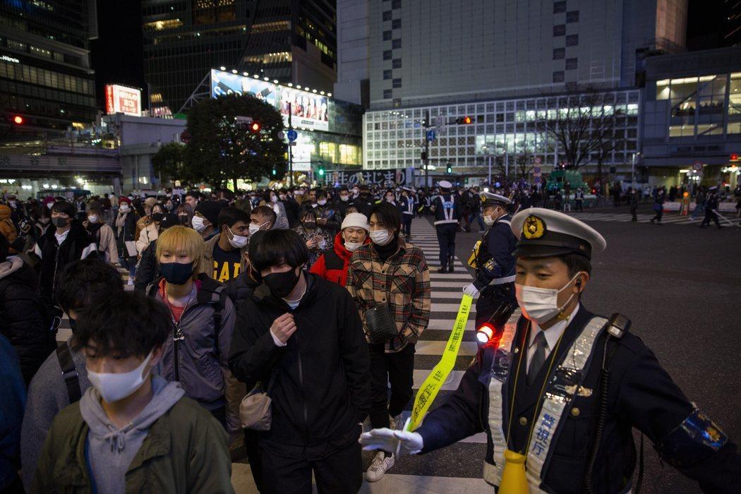 La policía controla el cruce de Shibuya, en Tokio