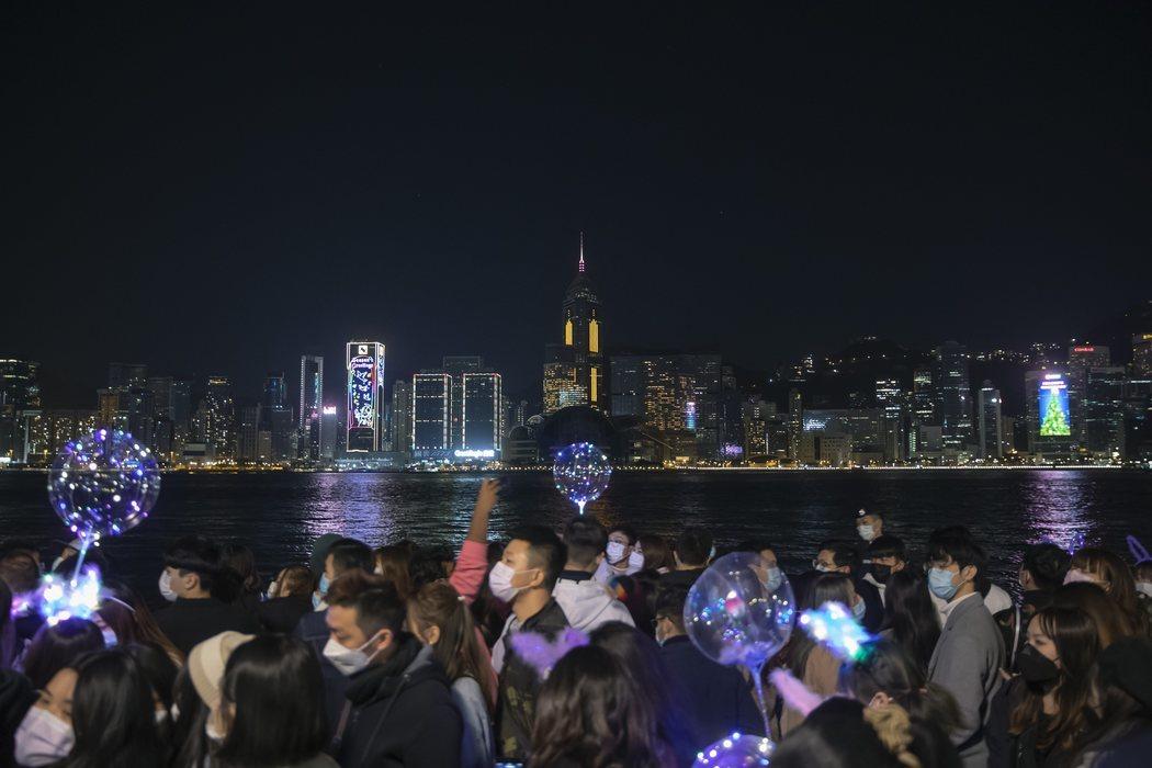 Fuegos artificiales virtuales para recibir 2021 en Hong Kong