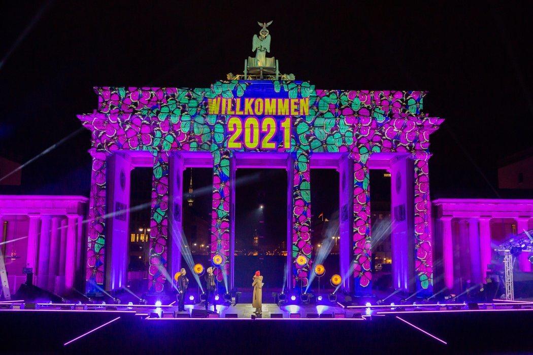 Show sin espectadores en la Puerta de Brandenburgo en Berlín