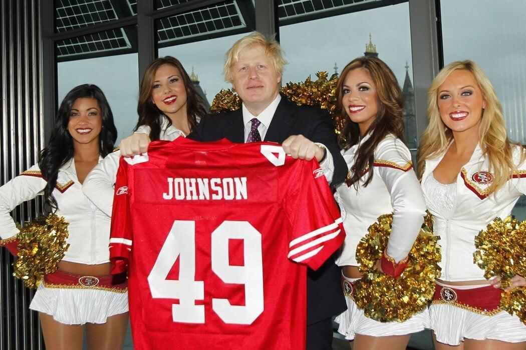 Johnson posa con varias cheerleaders como Alcalde de Londres