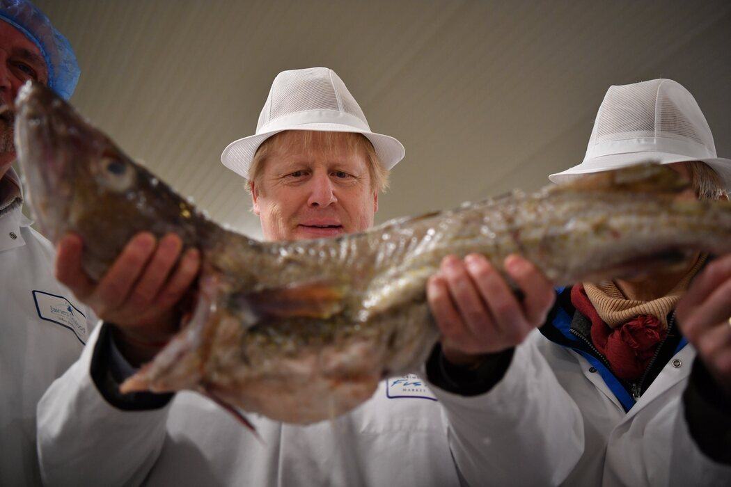 Boris Johnson con un pescado