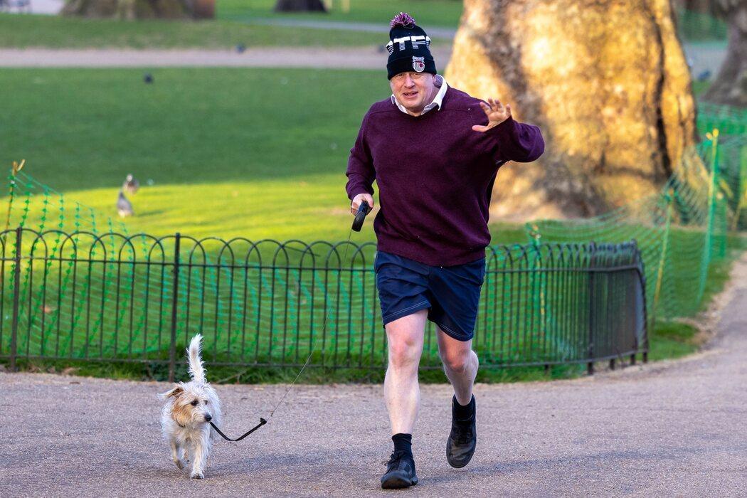 Johnson, de paseo con su perro