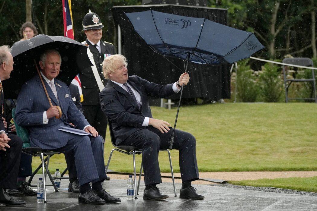 Boris Johnson tiene problemas con su paragüas