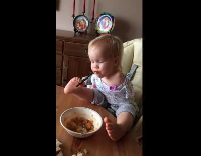 Esta es Vasiliny, una bebé sin brazos que aprende a comer con los pies
