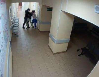 Brutal agresión a dos trabajadoras de un centro de salud en Rusia