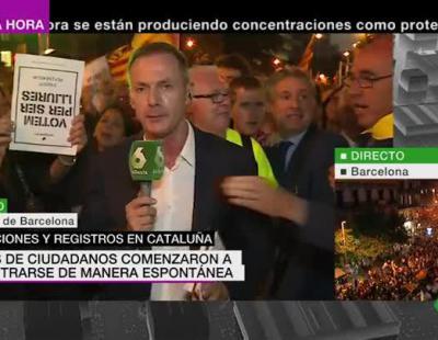 Tensión en Cataluña: un independentista arranca el micrófono a Hilario Pino