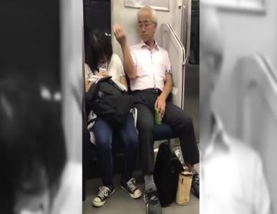 Un hombre se dedica a arrancarse el vello púbico y lanzárselo a una pasajera dormida en el metro