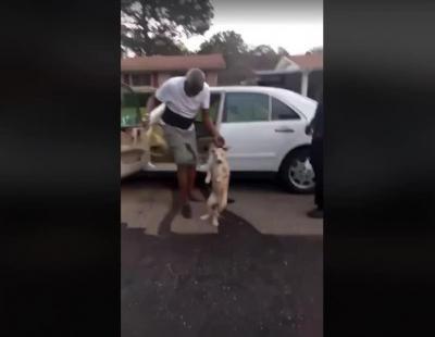 Maltrata a un perro entre las risas de sus compañeros