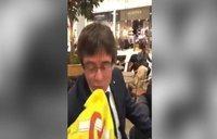 Un joven asalta a Puigdemont en Copenhague y le pide besar la bandera espa?ola