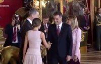 Pedro Sánchez se equivoca y se coloca junto a los reyes para recibir a los invitados tras el desfile del 12-O