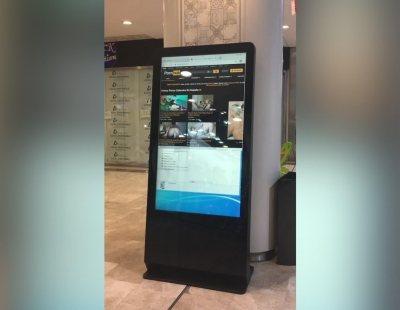 Un centro comercial madrileño exhibe vídeos porno en sus pantallas