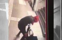 Puñetazos y patadas a una mujer para robarle el bolso en el metro de Barcelona