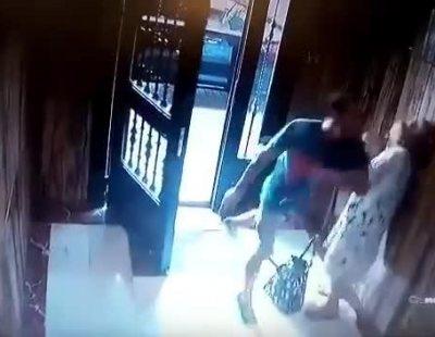 Una anciana sufre una violeta agresión en su portal para robarle