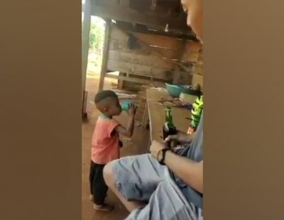 Detenidos dos hombres que emborracharon a un niño de tres años para reírse de él