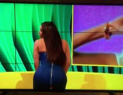 Se le rompe el vestido en directo al hacer twerking