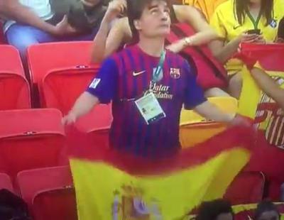 Un aficionado del Barça cambia la bandera española por la catalana al ser enfocado por la cámara