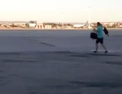 Un pasajero corre por la pista de Barajas para no perder su vuelo de Ryanair