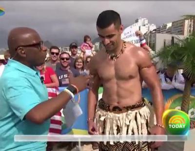 El atleta aceitoso de Tonga es masajeado en directo por tres presentadoras