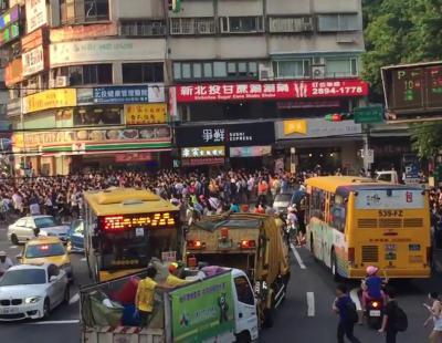 Brutal estampida en Taiwán para cazar un Snorlax