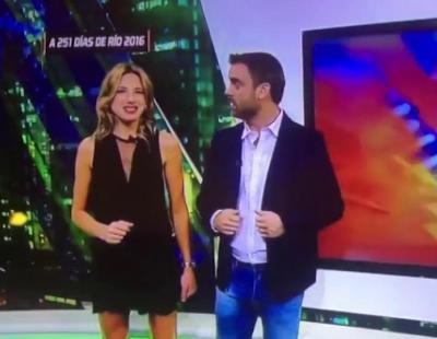Una presentadora sorprende levantándose la falda en directo