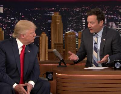 Jimmy Fallon despeina en directo a Donald Trump